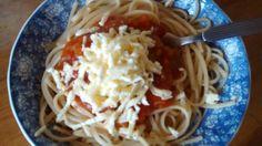 Pasta con salsa de tomate casera y queso rallado.