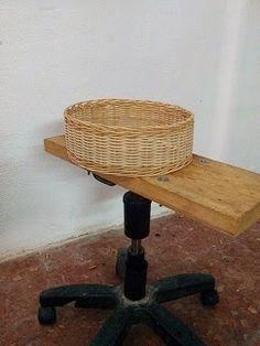 Nico, el artesano de mimbre, anea, rejilla, cuerda y caña:    Aro de mimbre natural para un diseñador de ropa...