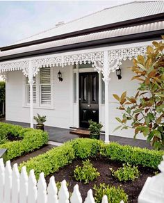 There are avid renovators and then there's Cherie Barber – a queen amongst men and women in the field on flip. Over the past two decades, the property expert has honed her renovating prowess, tackling more than 50 of her own projects Home Beautiful Mag Cottage Exterior, House Paint Exterior, Exterior House Colors, Exterior Design, Weatherboard House, Queenslander, Victorian Homes, Victorian Cottage, Victorian Terrace