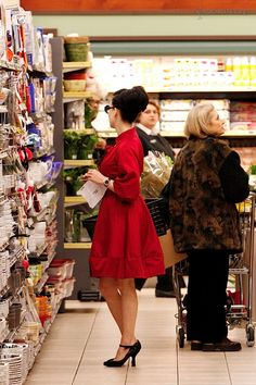 5a283284faf This is seriously Dita Von Teese grocery shopping.