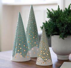 Die weihnachtlichen Lichtskulpturen von Kähler sind aus Keramik gemacht und erinnern mit ihrer spitzen Form an Tannenbäume. Wird das Teelicht im Innern entzündet, beginnen sie mit vielen kleinen Punkten zu leuchten. Preis: ab 29,90 Euro.  Jetzt im SCHÖNER WOHNEN-Shop bestellen