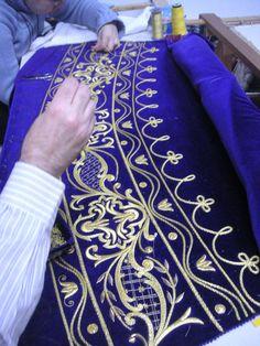 Taller de bordado Sebastián Marchante Gold Embroidery, Cross Stitch Embroidery, Embroidery Patterns, Motif Soutache, Military Costumes, Fabric Embellishment, Metallic Yarn, Crochet Quilt, Gold Work