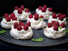 Pavlova dort – Pavlova Cake www.peknevypeceny… Pavlova Cake – Pavlova Cake www. Mini Pavlova, Pavlova Cake, Sweet Recipes, Cake Recipes, Dessert Recipes, Small Desserts, Something Sweet, Baked Goods, Sweet Tooth