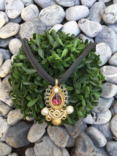 Sábado de estrenar piezas únicas!! Collar hecho a mano con perlas y cristales en chapa de oro de 22k