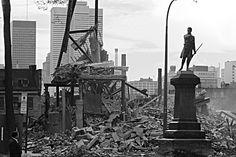 «Démolition dans la rue Saint Denis» — près du square Viger, vers 1971 Entre 1965 et 1972, pas moins de 850 bâtiments sont démolis au centre-ville de Montréal afin de faire place à l'autoroute Ville-Marie. Encore aujourd'hui, la statue du patriote Jean-Olivier Chénier s'élève à l'extrémité ouest de l'actuel square Viger — l'un des derniers vestiges des jardins Viger
