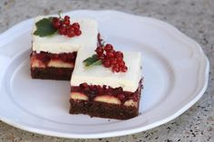 Smotanovo čokoládový zákusok s ríbezľami, Zákusky, recept | Naničmama.sk Cheesecake, Food And Drink, Desserts, Tailgate Desserts, Deserts, Cheese Pies, Cheesecakes, Dessert, Cherry Cheesecake Shooters