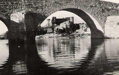 """""""La foto es del Barco de Avila, concretamente el Puente Romano y Castillo de Valdecorneja. Está hecha en 1945""""."""