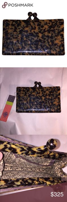 NWT Tory Burch leather & french resin CLUTCH $425 accordian pleat bottom with signature kiss clasp top closure.  RETAIL $425 Tory Burch Bags Clutches & Wristlets
