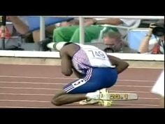 Barcelona 1992 Olympics - Derek Redmond tore his hamstring in the 400 metres semi-final and was in great pain. His father ran onto the field and with his help, Derek managed to finish the race as a crowd of over people gave him a standing ovation. Dont Ever Give Up, Don't Give Up, Never Give Up, Motivational Videos, Inspirational Videos, 1992 Olympics, Summer Olympics, You Raise Me Up, Giving Up