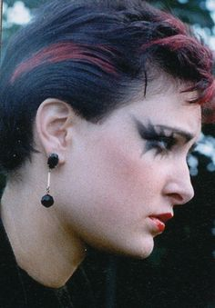 Siouxsie Sioux photographed by Ray Stevenson,1976 (I love her style here and she has this sad vulnerable look. Beautiful capture.)