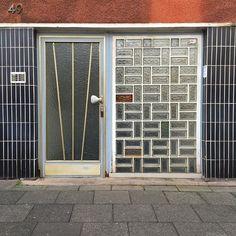 Fliesen links - Fliesen rechts :: Peterstraße :: Carreau de Cologne #carreaudecologne #tilesofcologne #koelschefliesen #fliesen #tiles #carrelage #ihavethisthingwithtiles #tileaddiction #tilecrush #ihaveathingforwalls #köln #kölle #cologne #visitkoeln #hiddencologne #thisiscologne #koelnergram #365cologne #koelscheecken #liebedeinestadt #kölnarchitektur #colognearchitecture #architecture #texture #facades #minimalist #vscocam by carreau_de_cologne
