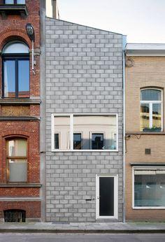 Construído na 2010 na Gante, Bélgica. Imagens do Filip Dujardin. . Casa Geminada 12K Os primeiros passos do arquiteto e do cliente começaram coma procura de um local adequado para a construção.Aconselhado...