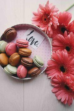 Message d amour avec une boite ronde pleine de macarons et des fleurs roses, 5913baa746f