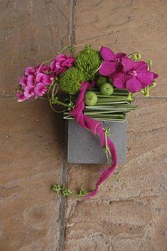 Modern floral design in magenta - Moniek Vanden Bergh #modern #flowerarrangement #pink
