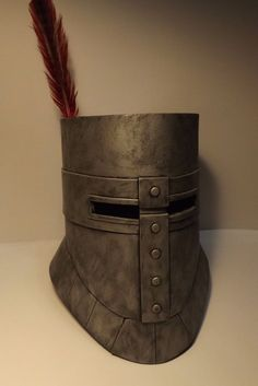 A better Solaire helmet that I made for my brothers cosplay. Cosplay Armor, Cosplay Diy, Diy Costumes, Cosplay Costumes, Costume Ideas, Dark Souls Solaire, Crusader Helmet, Cardboard Costume, Knight Costume