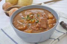 Erdäpfelgulasch ist wirklich lecker. Wer österreichisches Flair in die Küche bringen will, muss dieses Rezept verwenden. Austrian Recipes, Thai Red Curry, Tasty, Lunch, Cooking, Ethnic Recipes, Food, Drinks, Soups And Stews