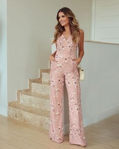 Palazzo Pants Outfit For Work. 14 Budget Palazzo Pant Outfits for Work You Should Try. Palazzo pants for fall casual and boho print. Jumpsuit Outfit, Pants Outfit, Simple Outfits, Summer Outfits, Mode Glamour, Casual Street Style, Palazzo Pants, Indian Dresses, Jumpsuits For Women