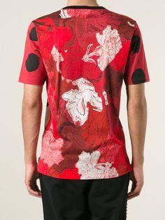 Image issue du site Web https://cdna.lystit.com/photos/3900-2015/03/12/dolce-gabbana-red-virgin-mary-print-t-shirt-product-1-867019195-normal_large_flex.jpeg
