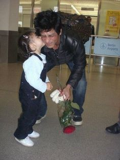 #SRK7Million ❤❤❤ very nice photo! at SRK fans of various age... all love him @Omg SRK ( @Shahrukh Munawer ) pic.twitter.com/6M4CaYWF1y