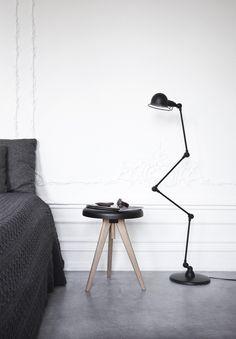 Der Design Hocker FLIP AROUND von MENU ist ein Meisterwerk nordischer Formgebung. Mit seiner Doppelfunktion als Hocker und als Beistelltisch ist es ideal für kleine Wohnräume, deren Möbel flexibel einsetzbar sein müssen. In nullkommanix lässt sich der Hocker zum Tisch umbauen und die Platte kann man als Tablett mit praktischem Holzgriff abnehmen.