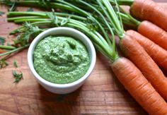 green pesto yhden porkkanannipun tuoreet naatit 1 pieni valkosipulin kynsi 50 g pistaasipähkinöitä 50 g parmesaanijuustoa 3 rkl neitsytoliiviöljyä 2 rkl vettä suolaa, pippuria