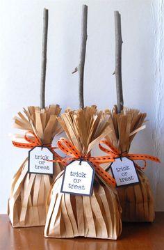 Sacs à bonbons en balais de sorcières : sacs papier découpés en languettes, brindilles et petit noeud...