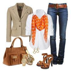 С чем носить коричневые босоножки: джинсы, белая рубашка, бежевые пиджак, кожаная сумка