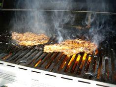 Steaks BBQ juteux style grand restaurant Steak Recipes, Grill Pan, Restaurant, Steaks, Grilling, Bbq, Kitchen, Carnivore, Ajouter