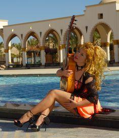 Galina Vale - Que Guitarrista que Mujer... Creo mas allá de su virtuosismo y musicalidad tiene una cualidad única. Su histrionismo transforma el concierto de guitarra en un espectáculo y con el condimento de vestuario , maquillaje, etc. indublamente una superdotada