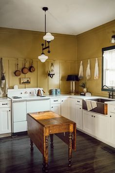Kitchen Tiles Design, Kitchen Wall Tiles, White Kitchen Cabinets, Kitchen Backsplash, Kitchen Decor, Kitchen White, Kitchen Small, Kitchen Ideas, Bungalow