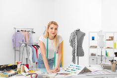 jeune femme dans un atelier de couture