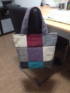 Bolso patchwork hecho con un muestrario de tapicería de sofá. Patchwork bag. Handmade by @Martexu