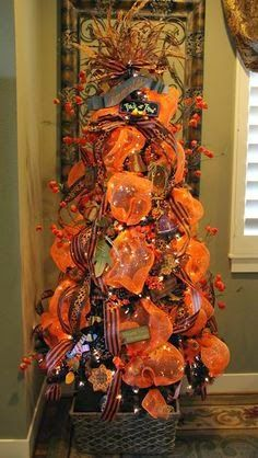 Savvy Seasons by Liz: Halloween/Fall Deco Mesh Tree / Thanksgiving Ideas - Juxta. Savvy Seasons by Halloween Trees, Holidays Halloween, Halloween Crafts, Halloween Decorations, Fall Decorations, Halloween Deco Mesh, Halloween Stuff, Tomato Cage Crafts, Tomato Cages