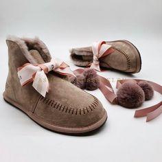 Угги UGG мини с помпонами цена от 5990 рублей Ugg Australia, Moccasins, Uggs, Flats, Mini, Shoes, Fashion, Penny Loafers, Loafers & Slip Ons