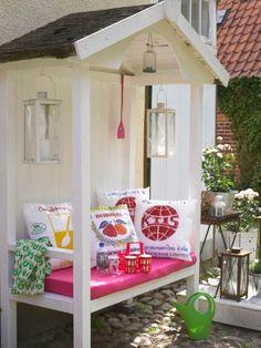 Jetzt geht's raus! Damit Sie die Freiluftsaison genießen können, zeigen wir Ihnen Outdoor-Möbel und Accessoires.