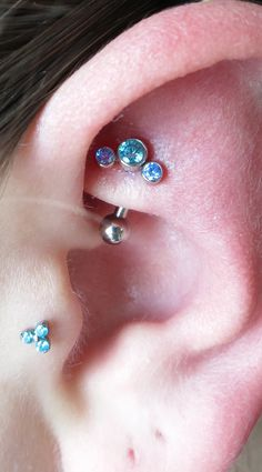 Rook Cartilage Ear Piercing with Anatometal gem clusters in mint green and arctic blue, and Tragus piercing with Neometal jewelry trinity top. Double Nostril Piercing, Tragus Piercings, Body Piercings, Piercing Tattoo, Monroe Piercings, Cute Piercings, Unique Piercings, Jewelry Tattoo, Body Jewelry