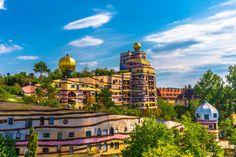 """Kein bisschen. Dieses farbenfrohe Gebäude steht mitten in Darmstadt. Es heißt """"Waldspirale"""" und wurde von Friedensreich Hundertwasser entworfen. Und wie heißt es doch so schön: Darmstadt oder Barcelona. Hauptsache Italien."""