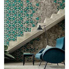 Amamos os detalhes geométricos na parede de concreto desse ambiente hype em Paris ! Fonte: @homeadore #clubnoir #design #decor #arquitetura #ambiente #moda #minimalista