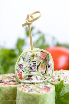 These Creamy Greek Salad Pinwheels are a delicious appetizer made with tangy Feta cheese, Kalamata olives, crunchy cucumbers, juicy tomatoes and oregano. #greeksalad #appetizer Pinwheel Appetizers, Yummy Appetizers, Appetizer Recipes, Pinwheel Sandwiches, Greek Appetizers, Light Appetizers, Pinwheel Recipes, Wedding Appetizers, Salad Recipes