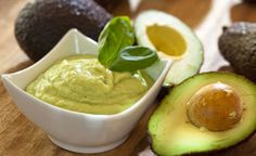 (Zentrum der Gesundheit) - Sind Sie daran interessiert, gesunde Fette in Ihre Ernährung aufzunehmen? Dann geben Sie einfach eine frische und reife Avocado zu ihrem Brotaufstrich dazu. Er wird dadurch gehaltvoll und viel gesünder.