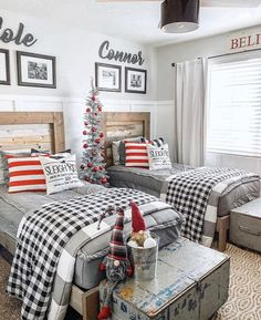 30 Cozy And Wonderful Rustic Farmhouse Christmas Decorating Ideas The holiday season is a magical time of the year and there are a variety of ways to decorate your home to celebrate this joyous season using beautiful rustic farmhouse Christmas decor. Christmas Bedroom, Farmhouse Christmas Decor, Rustic Christmas, Christmas Tree, Christmas Boxes, Christmas Gifts, Christmas Ornaments, Farmhouse Homes, Rustic Farmhouse