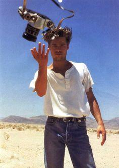 Photos of Famous People With Cameras Brad Pitt Junger Brad Pitt, Bradd Pitt, Nikon Film Camera, Camera Shy, Spy Camera, Look 80s, Brad And Angelina, Johny Depp, Robert Frank