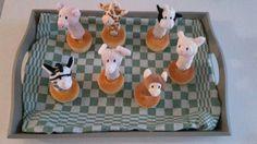 Traktatie kinderdagverblijf. In de cakejes lange vingers gestoken en er vingerpoppetjes opgezet. (vingerpoppetjes bij de Hema verkrijgbaar)