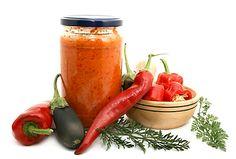Jedna z variant na chutné čatní z rajčat, paprik, chilli papričky, cibule, česneku, koření, octa a soli.
