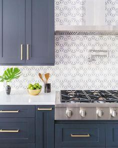 The kitchen that is top-notch white kitchen , modern kitchen , kitchen design ideas! Home Decor Kitchen, Diy Kitchen, Brass Kitchen, Awesome Kitchen, Blue Gray Kitchen Cabinets, Design Kitchen, Rustic Kitchen, Kitchen Counters, Kitchen Modern
