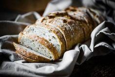 Objavili sme recept na perfektný kváskový chlieb, ktorý zvládnete aj vtedy, ak ide o vašu premiéru v jeho pečení. Navyše chutí absolútne fantasticky... Cooking Recipes, Bread, Food, Chef Recipes, Brot, Essen, Baking, Meals, Eten