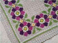 Äldre liten söt handbroderad duk **lila/rosa blommor på ofärgad aidaväv