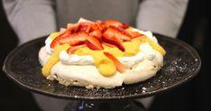 A pavlova é um sobremesa que faço muitas vezes. Porque quase toda a gente gosta e porque dá para variar nos toppings, mas principalme...