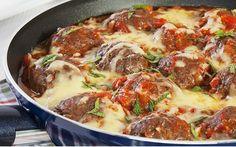 Ev yapımı köftenin lezzeti her zaman bir başkadır. Domates sosu ve kaşar peyniri ile fırınlanan köftelerin tadına tat geliyor, lezzetine doyum olmuyor.