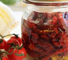 Here is another pantry staple you can make on your own – the sun-dried tomatoes. Either in olive oil, seasoned, or plain, they add a distinctive touch and great flavor to many dishes and salads. Making your own sun-dried tomatoes is very simple and certai Quarks Und Co, Good Food, Yummy Food, Dehydrated Food, Fruits And Veggies, Vegetables, Dried Tomatoes, Canning Tomatoes, Canning Recipes